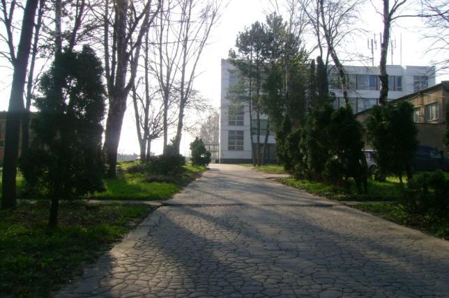Budova a časť areálu školy